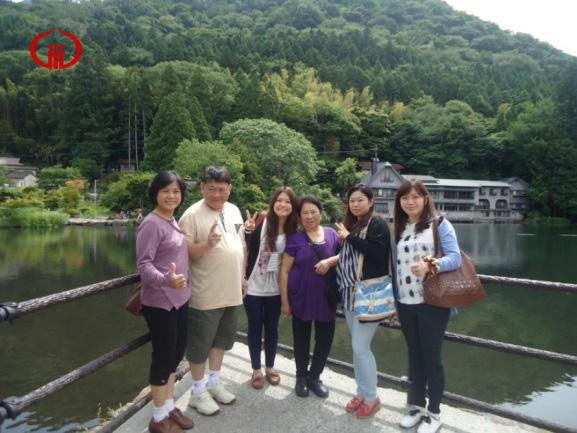 麗守(左一)一家人與婆婆至日本九州合影