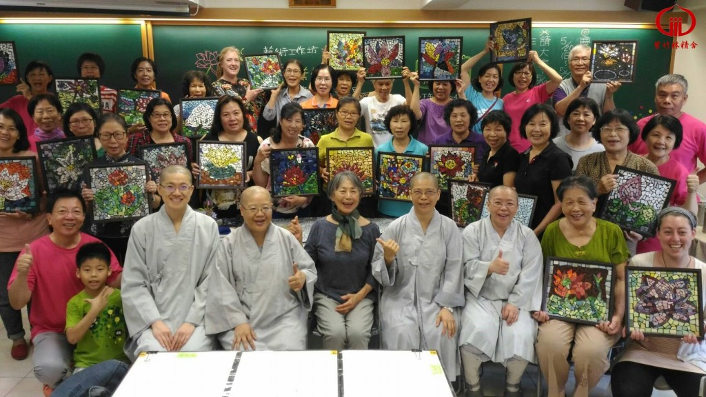 蓮花馬賽克藝術工作坊上午班的師生合照